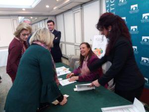 Leonor Tamayo firmando libros. Ediciones Áltera
