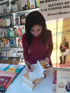 Nieves Michavila firma ejemplares en la feria de Madrid. Editoriales españolas